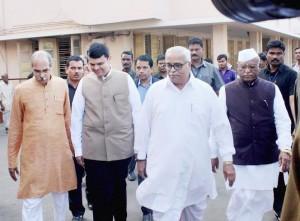 Nagpur: RSS Sar Karyawah Bhaiyyaji Joshi, Maharashtra Chief Minister Devendra Fadnavis and Maharashtra Vidhan sabha Speaker Haribhau Bagade (R) during a visit to Dr Hedgewar Smarak Smurti Mandir at RSS headquarters in Nagpur on Thursday. PTI Photo (PTI12_17_2015_000147A)